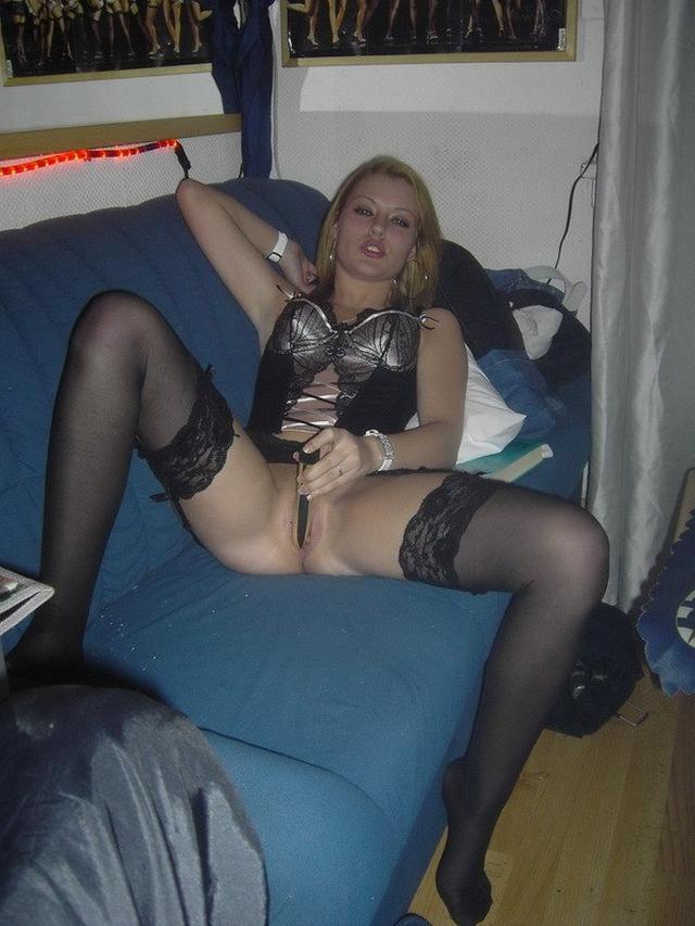 Светловолосая сучка расставила ноги и ласкает киску самотыком 4 фото