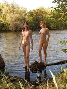 Прикольные голые девушки развлекаются на речке
