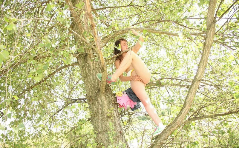 Развратная брюнетка мастурбирует клитор на дереве 15 фото
