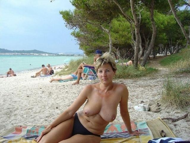 Зрелая мадам загорает на пляже в одних трусиках 17 фото