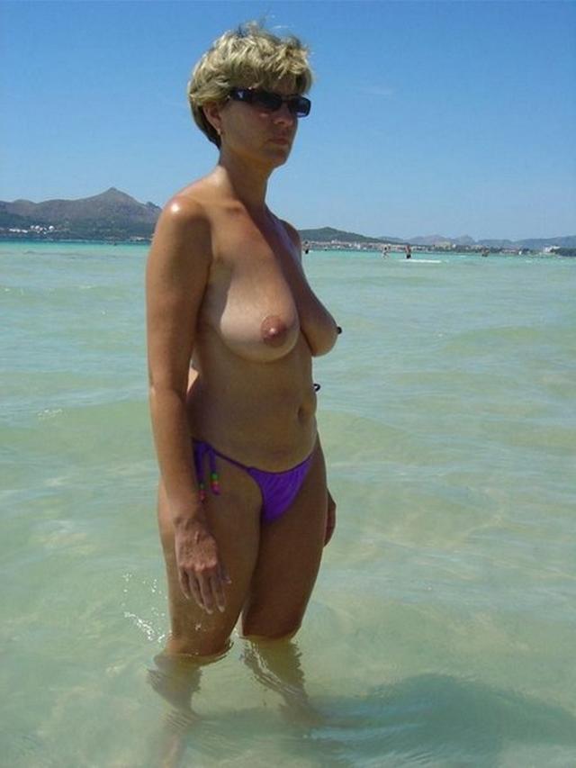 Зрелая мадам загорает на пляже в одних трусиках 6 фото