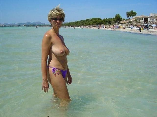 Зрелая мадам загорает на пляже в одних трусиках 5 фото