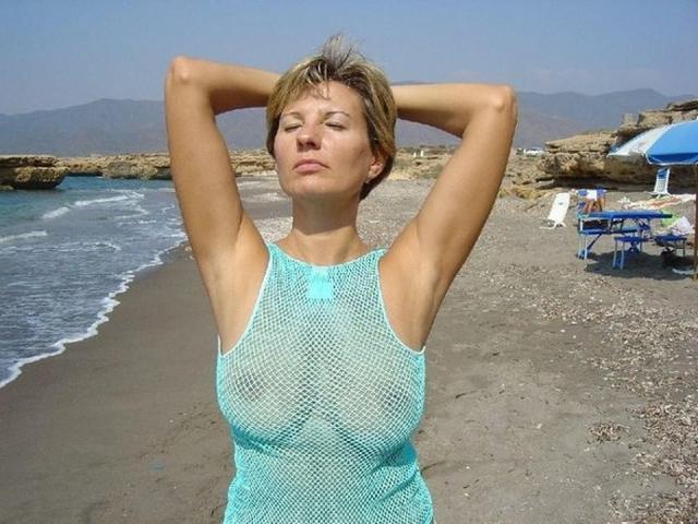 Зрелая мадам загорает на пляже в одних трусиках 4 фото