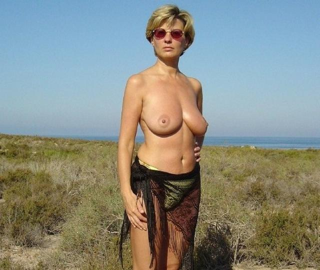 Зрелая мадам загорает на пляже в одних трусиках 12 фото