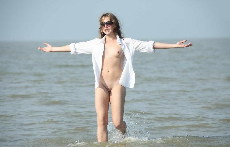 Стройная девушка купается в море голышом 13 фото
