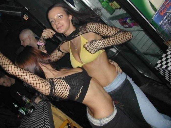 Девчата гуляют на шумных вечеринках и показывают грудь