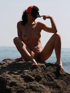 Голая и прикольная девушка на берегу моря