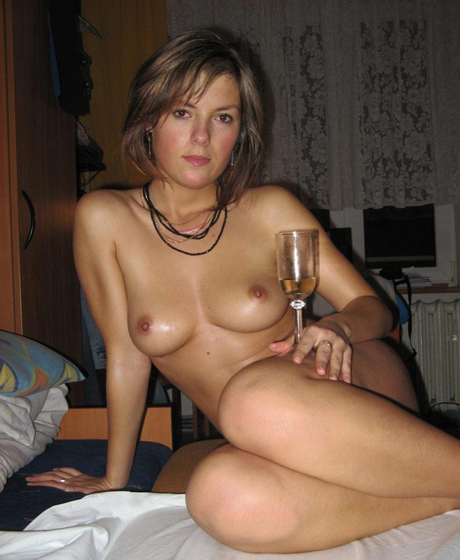 Русская телка выливает шампанское себе на писю 9 фото