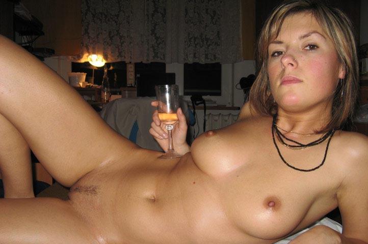 Русская телка выливает шампанское себе на писю 13 фото