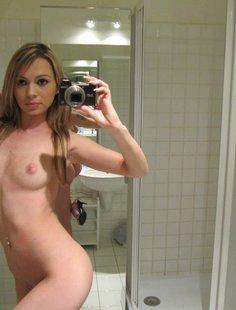 Мелированная блондинка с интимной стрижкой разделась в ванной