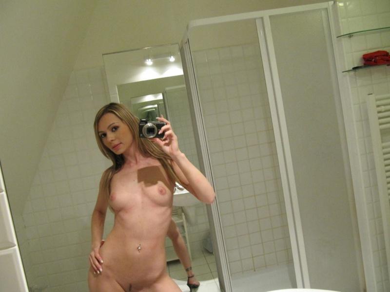 Мелированная блондинка с интимной стрижкой разделась в ванной 5 фото