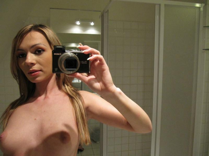 Мелированная блондинка с интимной стрижкой разделась в ванной 6 фото