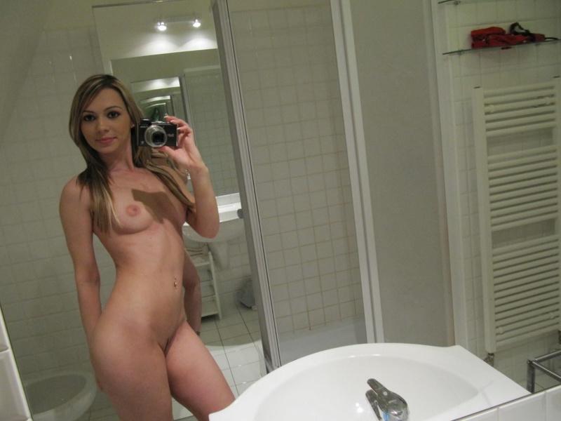 Мелированная блондинка с интимной стрижкой разделась в ванной 14 фото