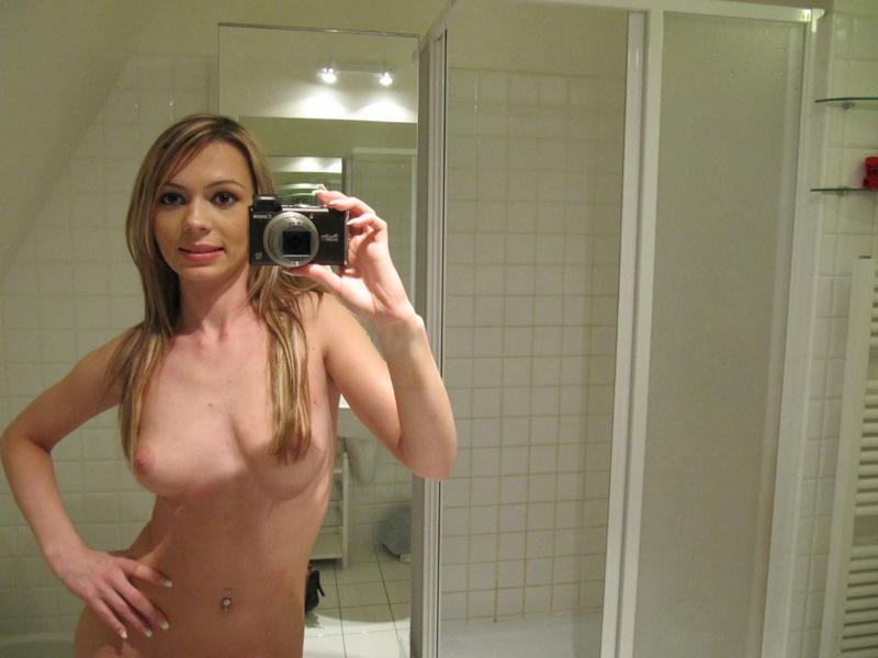 Мелированная блондинка с интимной стрижкой разделась в ванной 12 фото