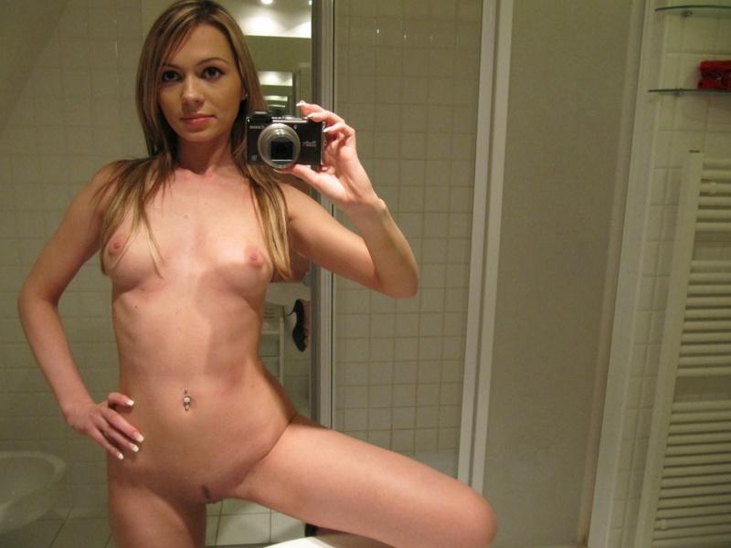 Мелированная блондинка с интимной стрижкой разделась в ванной 19 фото