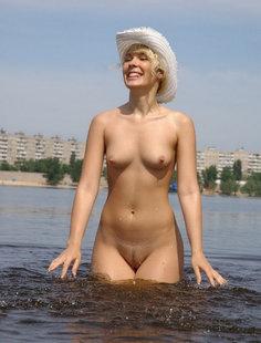 Сняла с себя все и начала позировать в воде