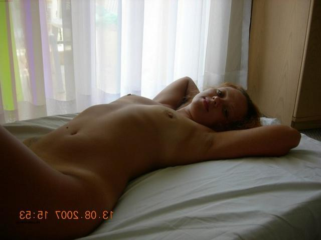 Молодая подруга позирует голая дома 6 фото