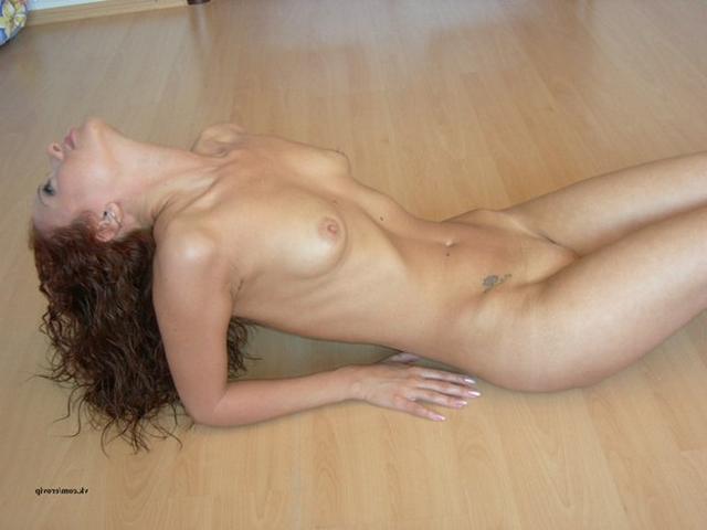Молодая подруга позирует голая дома 12 фото