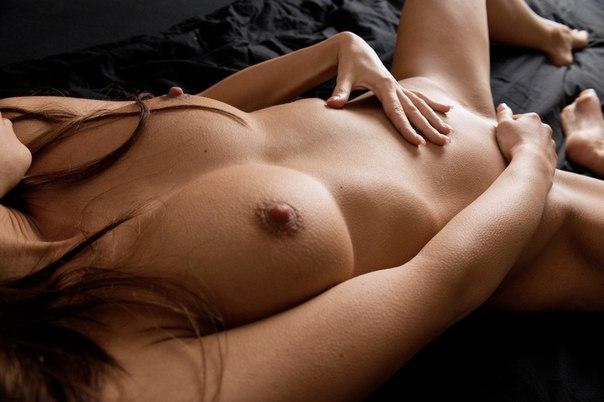 Красивые модели с большой грудью позируют на камеру 19 фото