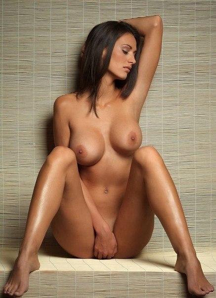 Красивые модели с большой грудью позируют на камеру 12 фото