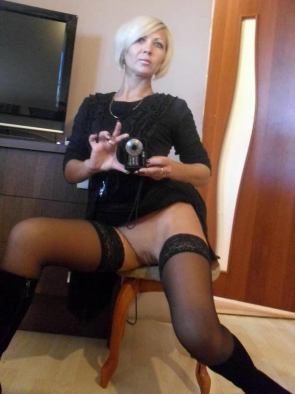 Развратная блондинка от одиночества дрочит киску и позирует дома