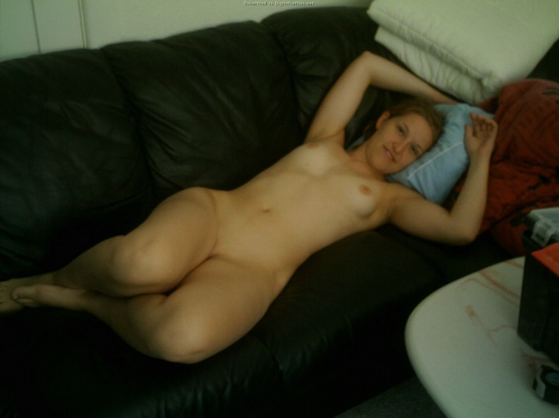 Девушка жадно заглатывает пенис возлюбленного 20 фото
