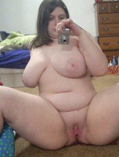 Развратные толстушки с огромными дойками позируют для соцсетей