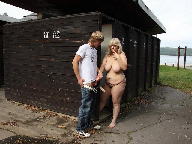Пацан трахает жирную женщину на улице и дома 5 фото