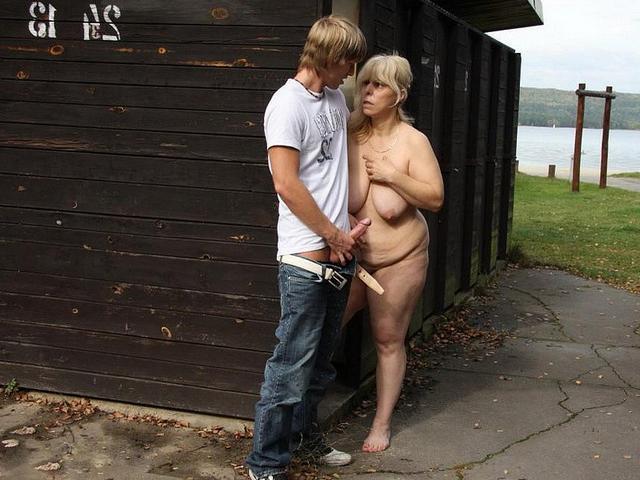 Пацан трахает жирную женщину на улице и дома 6 фото