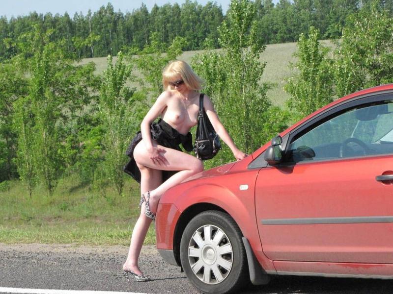 Кокетливая блондинка крутит сочной задницей на трассе голышом 6 фото