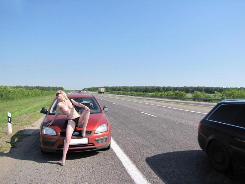 Кокетливая блондинка крутит сочной задницей на трассе голышом 3 фото