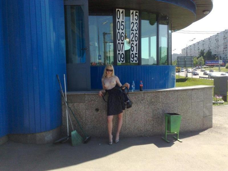 Кокетливая блондинка крутит сочной задницей на трассе голышом 11 фото