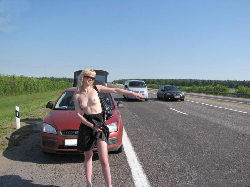 Кокетливая блондинка крутит сочной задницей на трассе голышом 10 фото