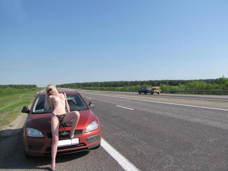 Кокетливая блондинка крутит сочной задницей на трассе голышом 8 фото