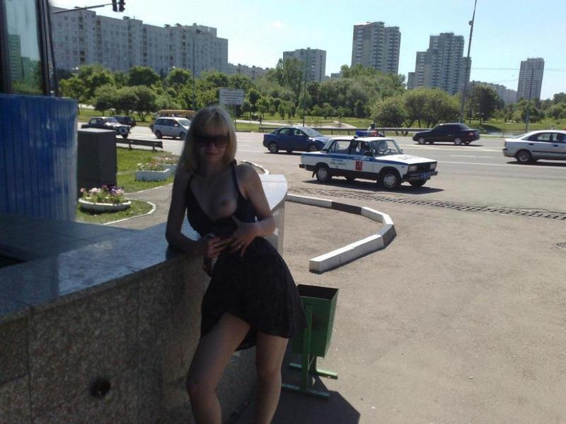 Кокетливая блондинка крутит сочной задницей на трассе голышом 12 фото