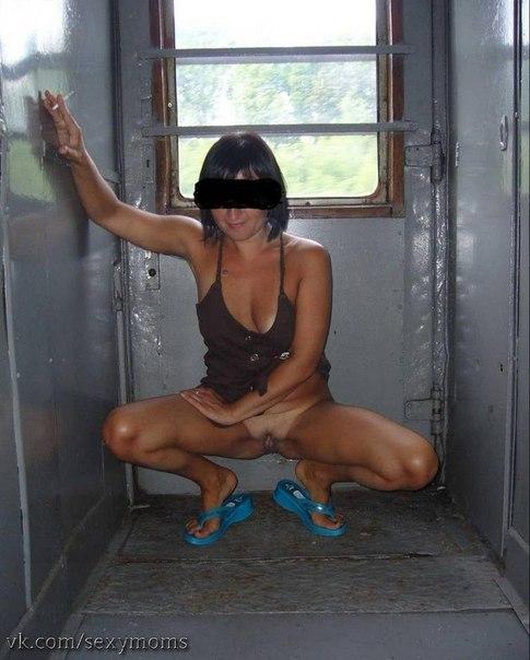 Молодые стервы разделись в купе поезда и засветили щелки 15 фото