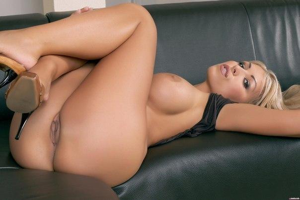 Красивые девушки с нереально большими буферами 5 фото
