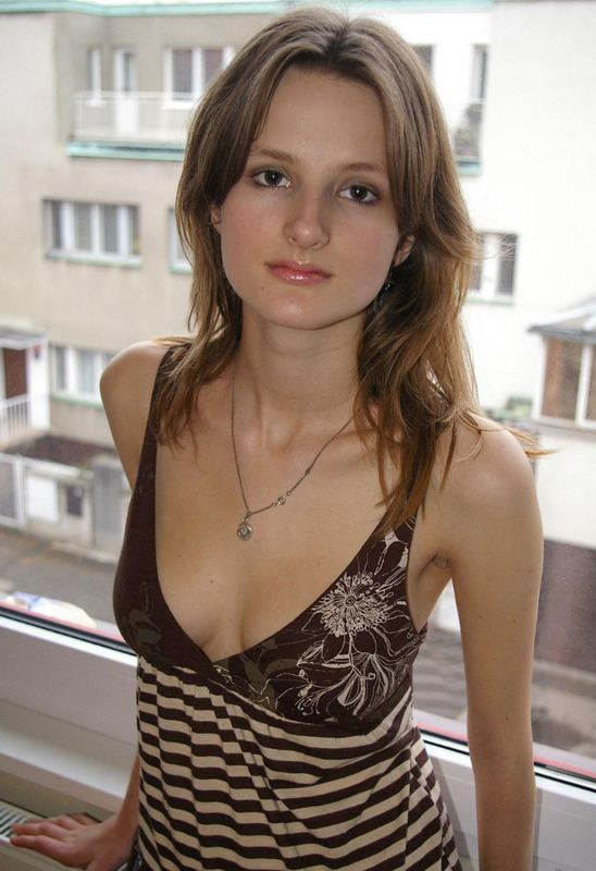 Молодая худышка с крупными титьками сняла платье