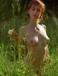 Рыжая девица гуляет голышом возле речки