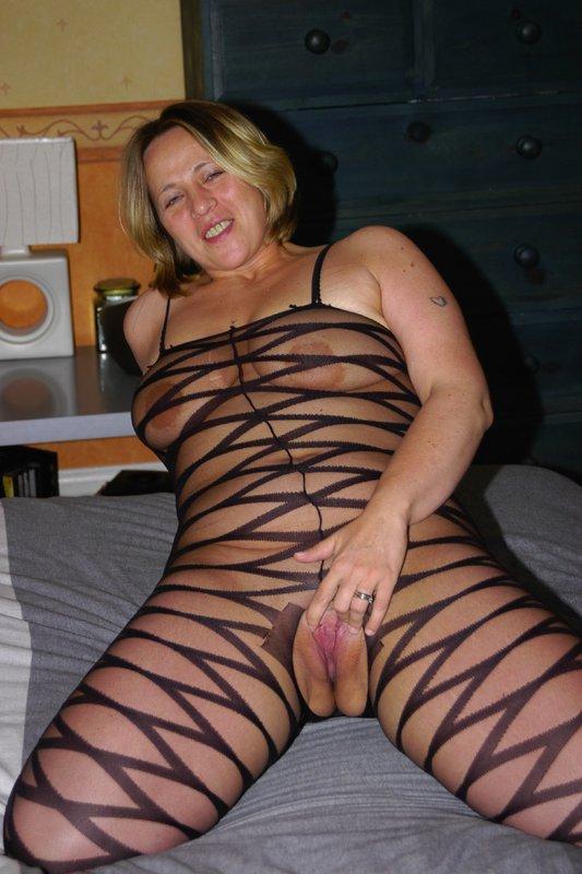 Толстая мамка снимает белье из секс-шопа 3 фото