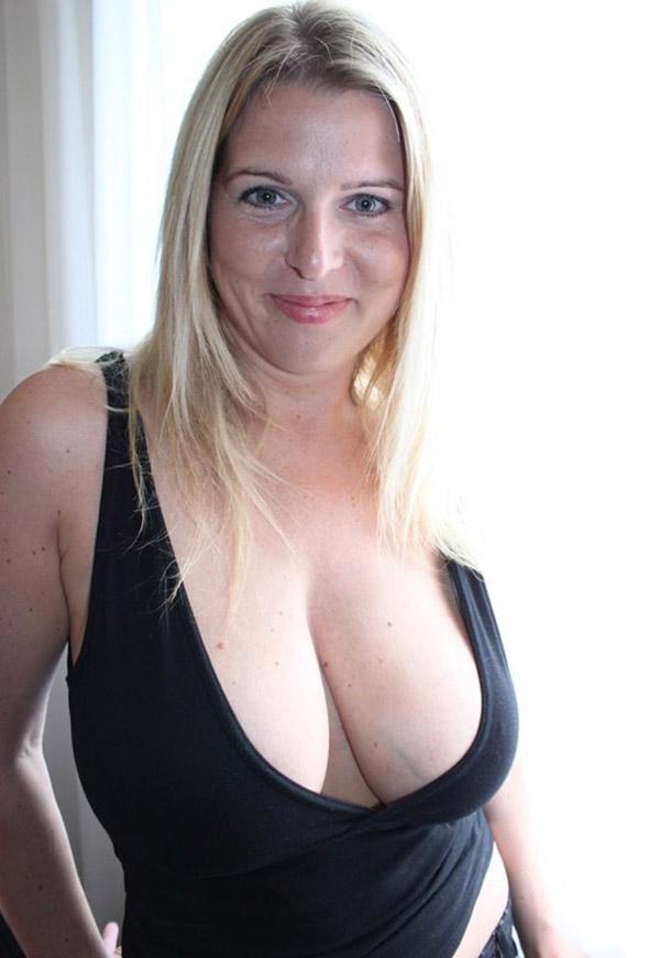 Сексуальная баба тискает себя за большие дойки 1 фото