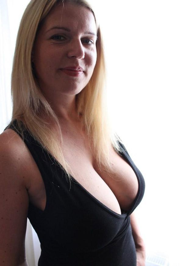 Сексуальная баба тискает себя за большие дойки 3 фото