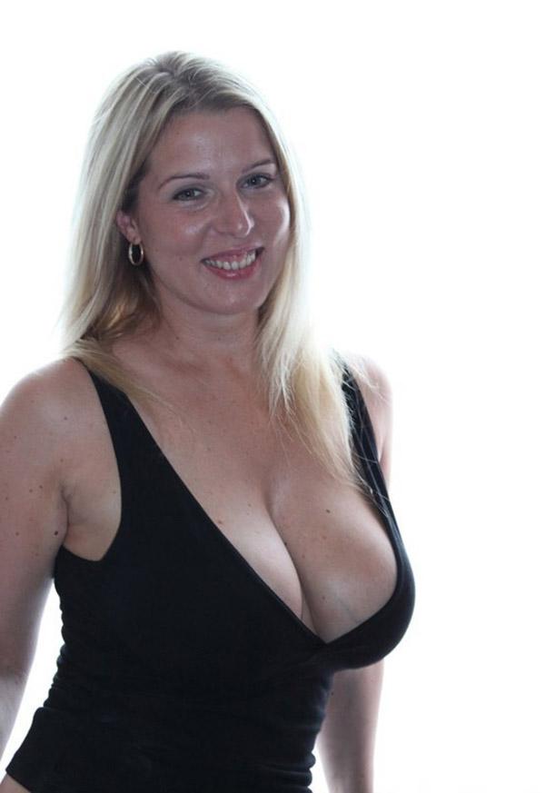 Сексуальная баба тискает себя за большие дойки 2 фото