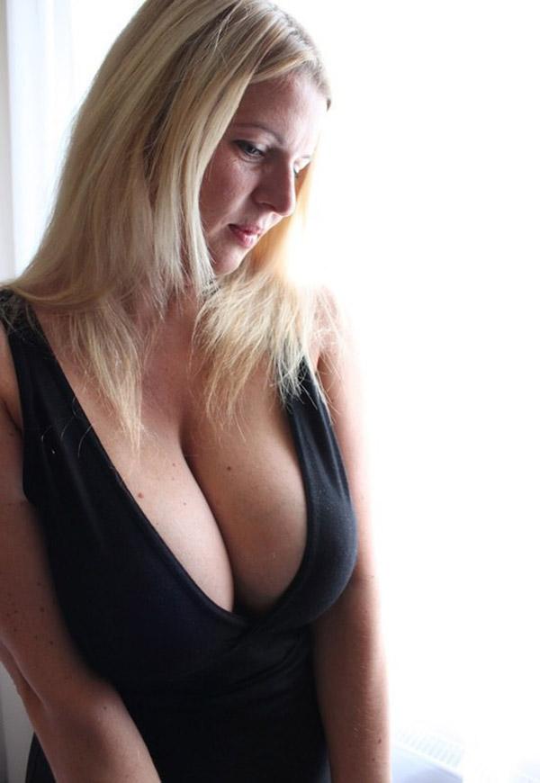 Сексуальная баба тискает себя за большие дойки 4 фото
