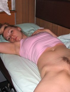 Зрелая баба красуется голой вагиной с интимной стрижкой
