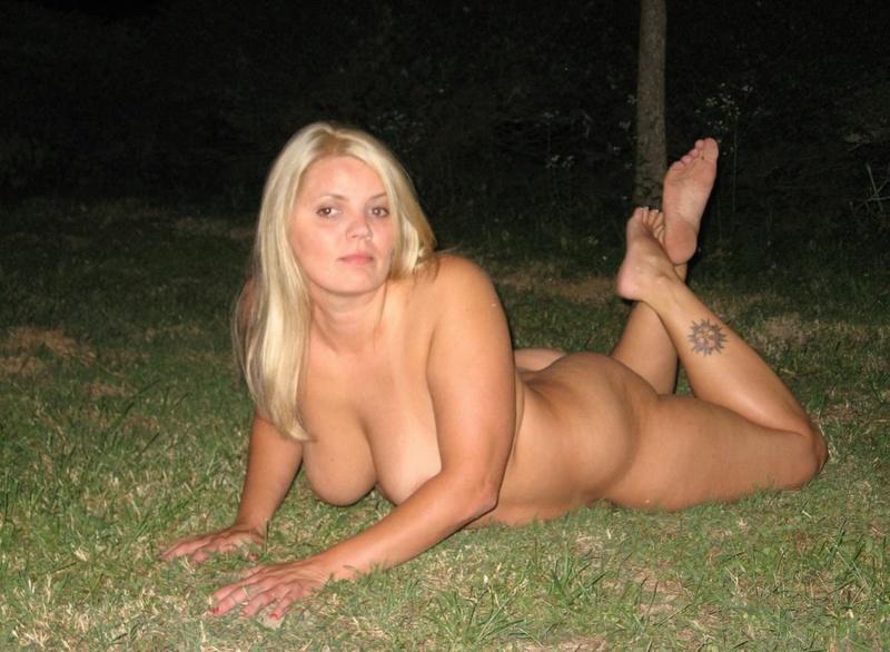 Толстая женщина шалит ночью на улице 10 фото
