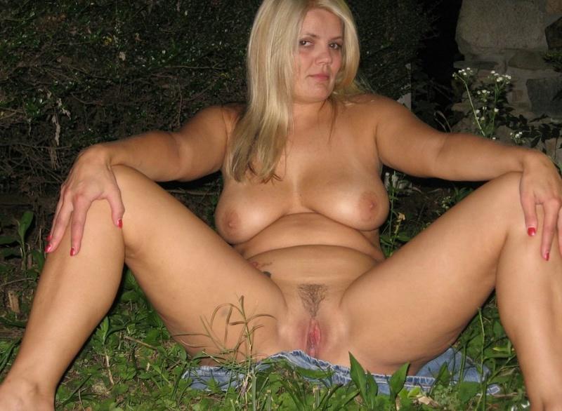 Толстая женщина шалит ночью на улице 17 фото