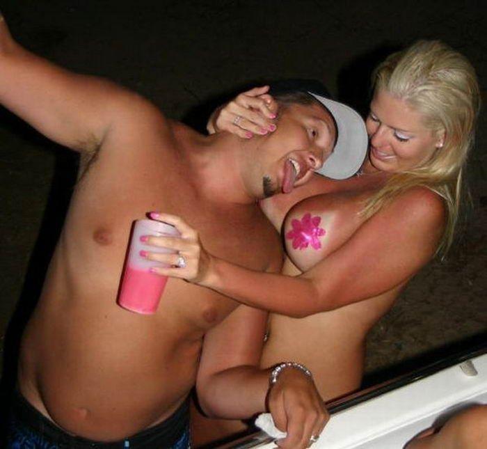 Членососки показывают сосочки в ночных клубах 3 фото