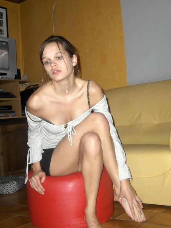 20-летняя девка без парня дрочит писю маленьким самотыком 22 фото