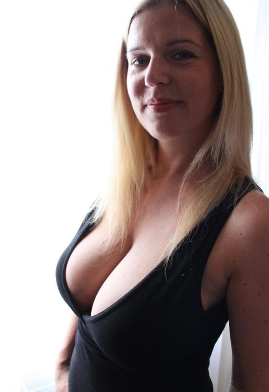 Сексуальная дама с нереально большими дойками 1 фото